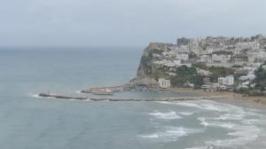 Sur le bord de mer encore un beau village des Pouilles (Puglia)...sous la pluie