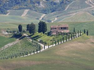petite ferme en Toscane au sommet d'une colline