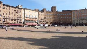 la piazza del Campo le matin (sa forme originale comme un coquillage. C'est un modèle d'équilibre)