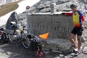 les couleurs de l'AC3F au sommet du Passo Agnello entre France et Italie