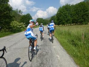 Les cyclos italiens nous saluent après une petite partie de manivelles