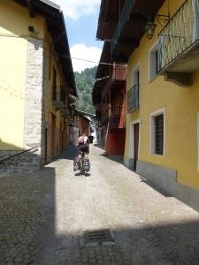 Jacques dans la traversée du village de Casteldelfino