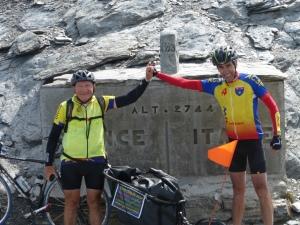 Joie au sommet d'Agnel entre France et Italie