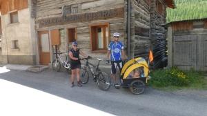 Jullie et Emilien montent au col d' Agnel coté français avec leur parents
